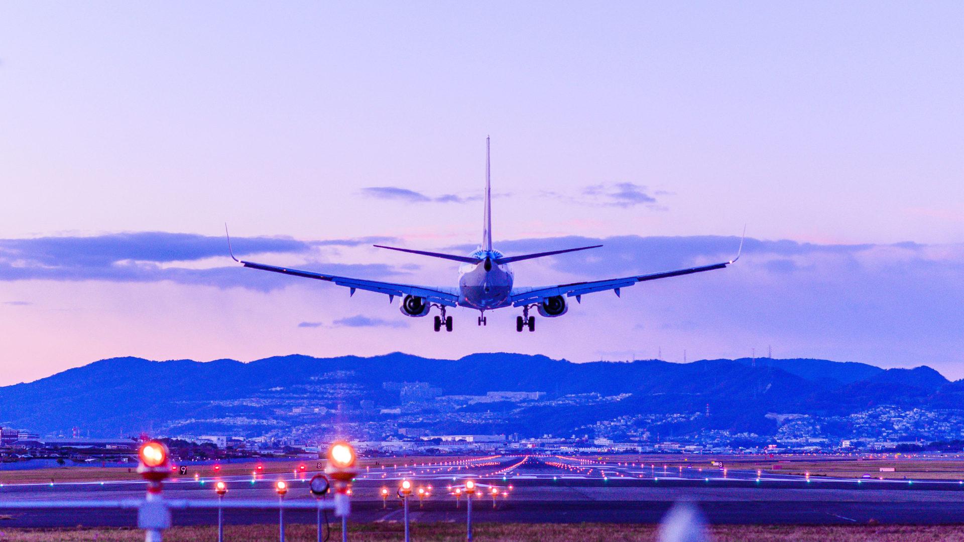ヒマラヤからの祝福と静寂が愛に変わる瞬間を表した飛行機