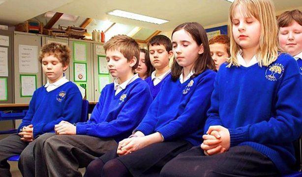 授業の前に瞑想する生徒